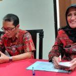 Kadinkes Kabupaten Cirebon, Enny Suhaeni saat memberikan keterangan. Ghofar/pojokjabar