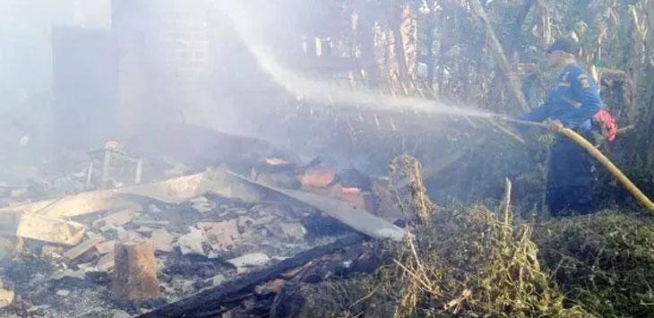 Petugas kebakaran saat beruapaya memadamkan api disalah satu lokasi kebakaran, minggu (26/5/19). Ist