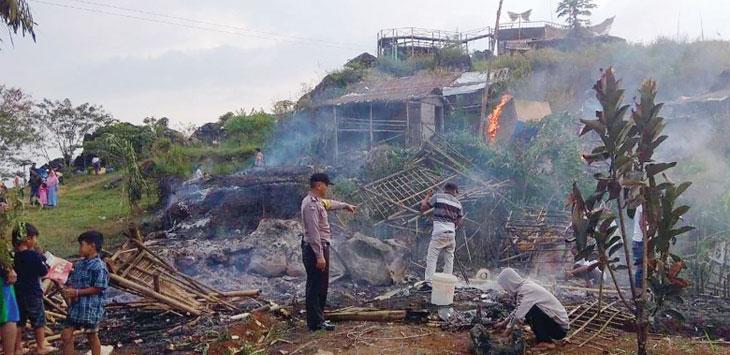 Anggota Polsek Gunungguruh, saat melakukan olah TKP di lokasi kebakaran. Radar Sukabumi