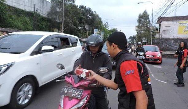 3 Komunitas Motor Sukabumi berbagi takjil dan bukber di sekitar Giant Ekspress Ciaul, Kota Sukabumi, Sabtu (25/5/2019)./Foto: Istimewa