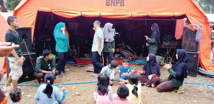 Anak-anak korban pergerakan tansh saat diajak bermain di tenda pengungsian.