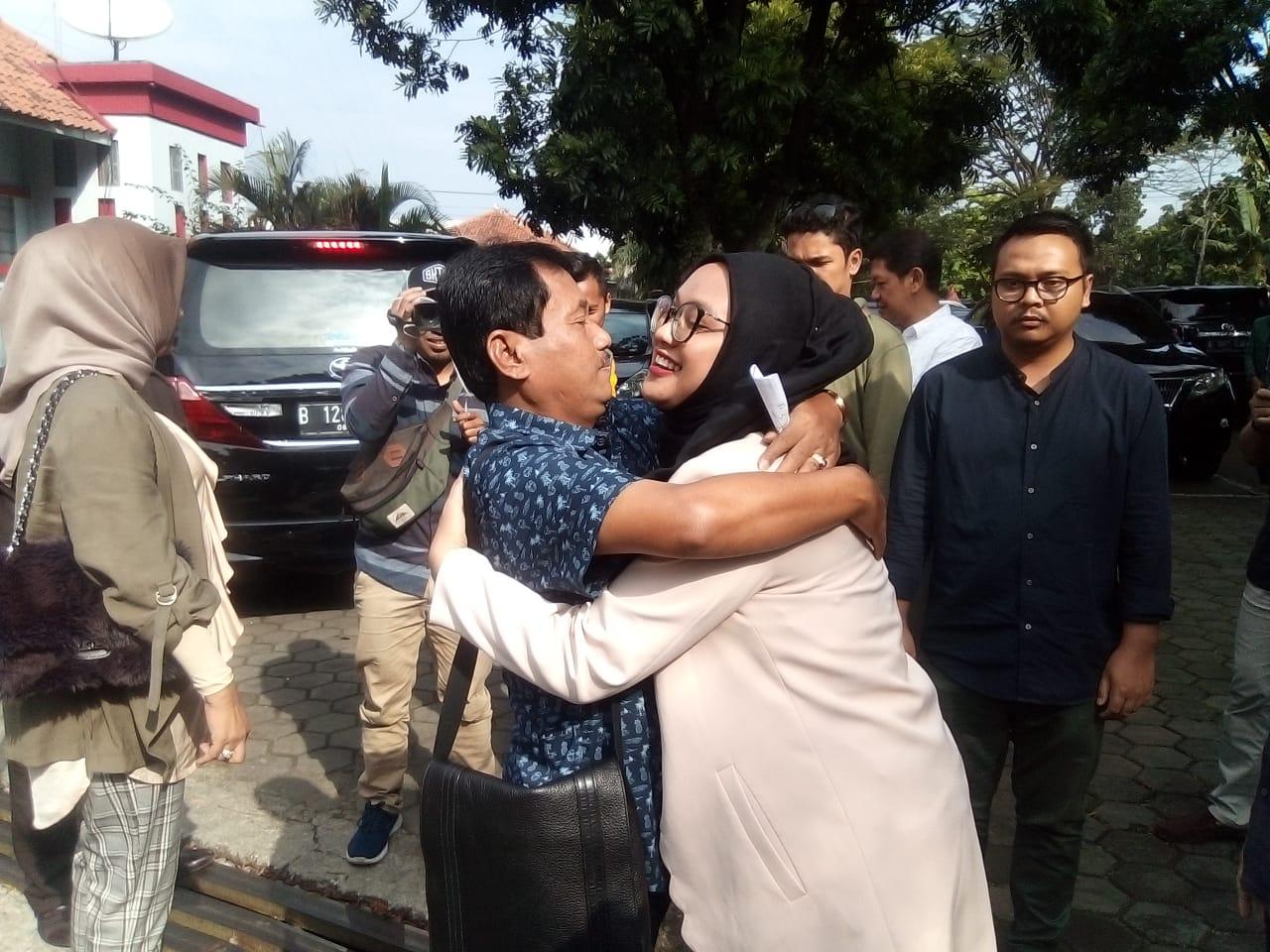Mantan Bupati Bogor Rahmat Yasin berpelukan dengan anaknya (arif)
