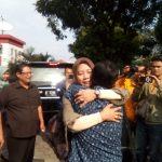 Mantan Bupati Bogor Rahmat Yasin berpelukan dengan istrinya Ely Halimah (arif)