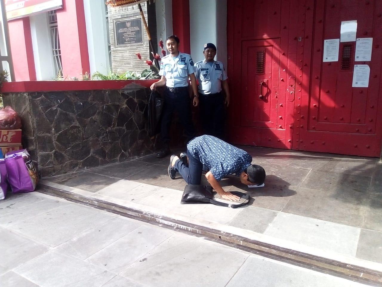 Mantan Bupati Bogor Rahmat Yasin sujud syukur hampir 5 menit di depan pintu Lapas Sukamiskin usai bebas (arif)