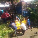 Petugas kepolisian dan warga setempat mengevakuasi korban. Ist/pojokjabar