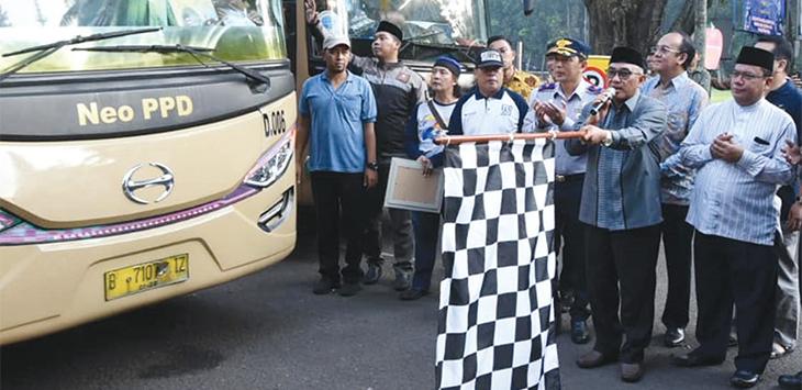 Walikota Depok Mohammad Idris, didampingi Ketua Baznas Depok melepas 20 bus mudik gratis yang mengantar 1.085 pemudik, di Balaikota Depok, kamis (30/5/19). Radar Depok