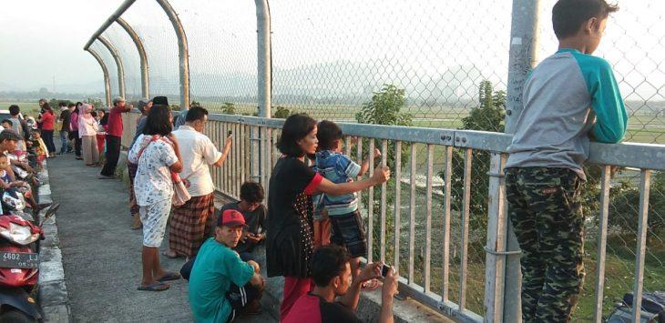 Sambil ngabuburit, puluhan warga tonton antrian panjang kendaraan di Tol Cipali. Kirno/pojokjabar