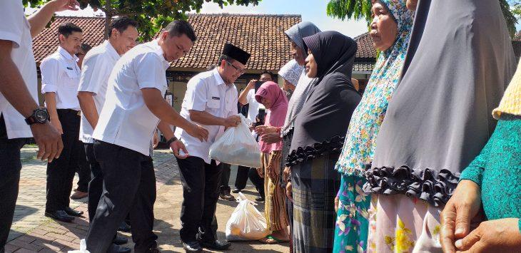 Secara simbolis, Plt Bupati Cirebon, Imron Rosyadi memberikan paket operasi pasar murah kepokmas. Ghofar/pojokjabar