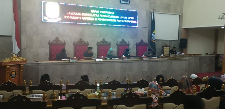 Rapat paripurna jawaban bupati atas pemandangan umum DPRD terhadap 5 raperda. Ist/pojokjabar