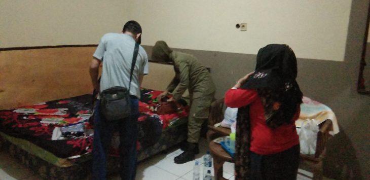 Petugas Satpol PP sedang menggeledah isi tas pasangan yang di duga sedang berduaan di dalam kamar hotel. Kirno/pojokjabar
