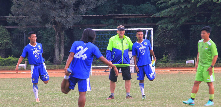 Pelatih Persib Bandung, Robert Rene Arbeurt memimpin latihan tim MAung BAndung di Lapang Sabuga, Kota Bandung, Senin (6/5/19). Radar Bandung