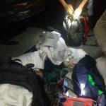 Petugas kepolisian saat menemukan barang bukti diduga identitas aksi dari dalam mobil. Alwi/pojokjabar