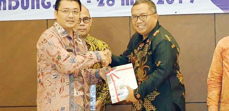 Kepala BPK RI Perwakilan Provinsi Jawa Barat, Arman Syifa saat memberikan penghargaan WTP kepada Bupati Sukabumi, Marwan Hamami di Bandung, selasa (28/5/19).