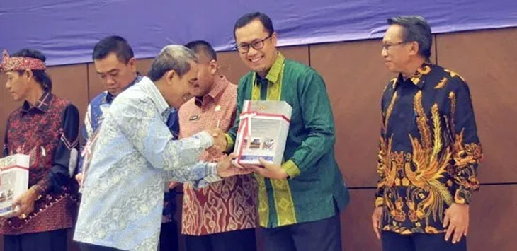 Walikota Sukabumi, Achmad Fahmi didampingi Wakil Ketua DPRD Kota Sukabumi, Kamal Suherman saat mendapatkan opini wajar tanpa pengecualian (WTP) dari Badan Pemeriksa Keuangan (BPK) dii Gedung BPK RI Perwakilan Jawa Barat.
