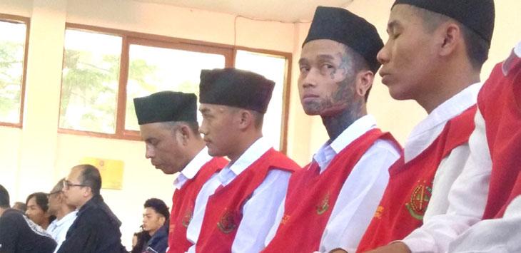 Para terdakwa pengeroyok suporter The Jakmania, Haringga Sirila, menjalani sidang putusan di Pengadilan Negri Bandung, Selasa (21/5/19). Radar Bandung