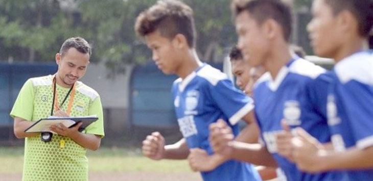 Pelatih Persib U-16, Imam Nurjaman saat memantau latihan skuat Maung Ngora. Ist