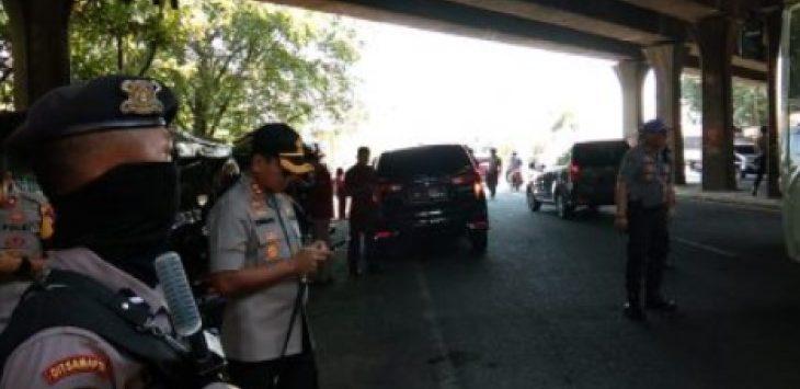Polisi bersenjata lengkap, lakukan pencegahan massa aksi yang akan berangkat ke Jakarta. Kirno/pojokjabar.com
