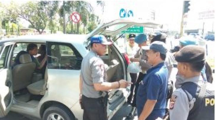Polres Cirebon periksa kendaraan yang akan masuk ke dalam tol menuju Jakarta