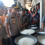 Kapolres Cirebon Kota AKBP Roland Ronaldy saat meninjau harga di Pasar Jagasatru, Kota Cirebon. Alwi/pojokjabar