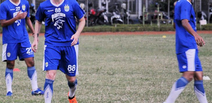 Pemain anyar Persib Bandung Rene Mihelic saat melakukan latihan perdana bersama tim Persib Bandung di Lapang Sabuga, Kota Bandung
