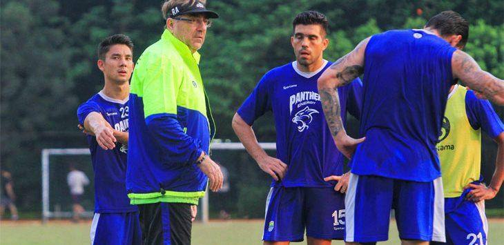 PelatihPersib Bandung, Robert Rene Arbeurt saat memimpin latihan perdana Tim Maung Bandung di Lapang Sabuga, Kota Bandung, Senin (6/5/19). Radar Bandung