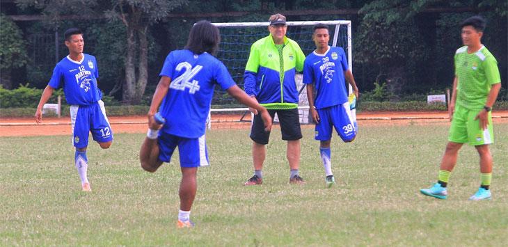 Pelatih Persib Bandung Robert Rene Arbeurt saat memimpin jalannya latihan Maung Bandung di Lapang Sabuga, Kota Bandung, Senin (6/5/19).