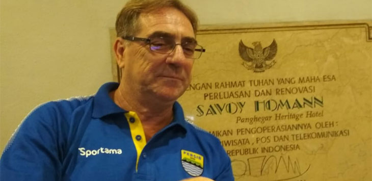 Pelatih Persib Bandung, Robert Alberts saat swafoto di Hotel Savoy Homann, Jalan Asia Afrika, Kota Bandung.