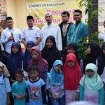 Pengurus Rumah Dhuha, tamu undangan serta anak yatim berfoto bersama. (pojokbekasi.com)