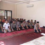 Jadi imam, Kapolres Cirebon Kota memberikan contoh kepada jajarannya untuk tetap melaksanakan salat berjamaah. Ist/pojokjabar