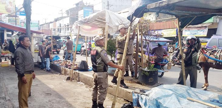Satpol PP Kabupaten Sukabumi saat menertibkan PKL yang menggunakan bahu jalan untuk berjualan, selasa (28/5/19). Ist