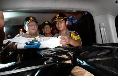 Kapolres Indramayu AKBP M.Yoris M.Y Marzuki didampingi Wakapolres Kompol Fajar Widyadarma, saat meninjau langsung hasil sitaan belasan juta butir petasan. Yanto/pojokjabar