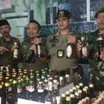 Kepada media, Satpol PP dan TNI beberkan bukti hasil razia cipta kondisi. Kirno/pojokjabar