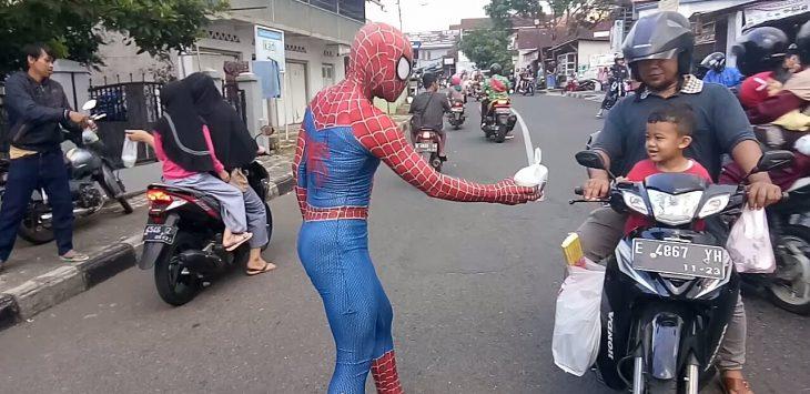 Spiderman bagikan takjil ke pengendara. Ahmad/ pojokjabar