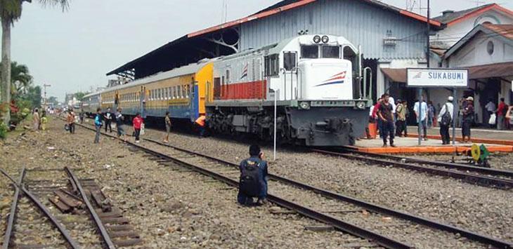 Kereta api Pangrangio, jurusan Sukabumi-Bogor saat menunggu penumpang yang akan diberangkatkan. Ist