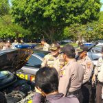Kapolres Cirebon Kota AKBP Roland Ronaldy saat mengecek kondisi kendaraan dinas roda empat. Ist/pojokjabar