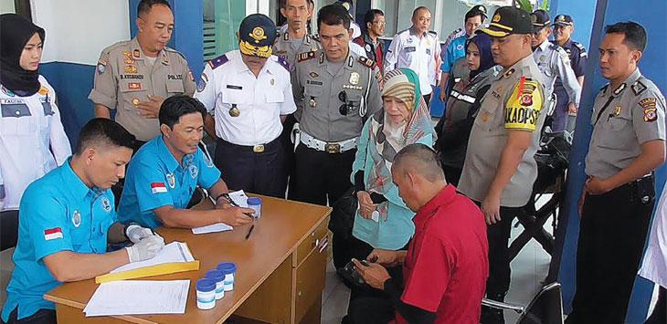 Puluhan sopir bus dan elf di Terminal Ciakar dicek kesehatan dan tes urine.