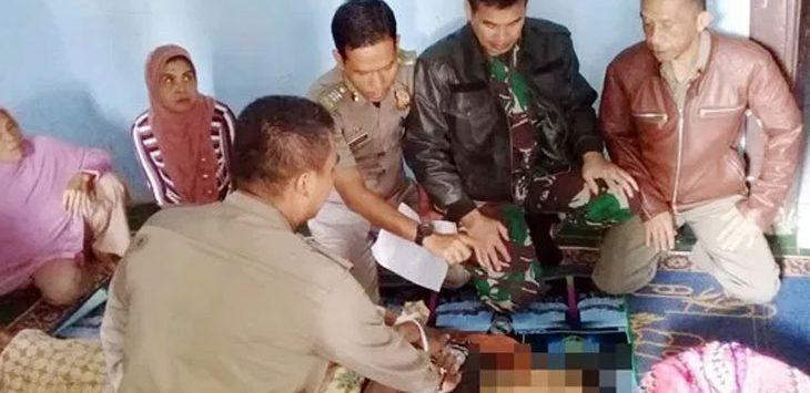 Jenazah korban saat hendak dimakamkan di TPU Kampung Cigombong RT 03/08, Desa Warungkiara, Kecamatan Warungkiara, selasa (14/5/19). Ist