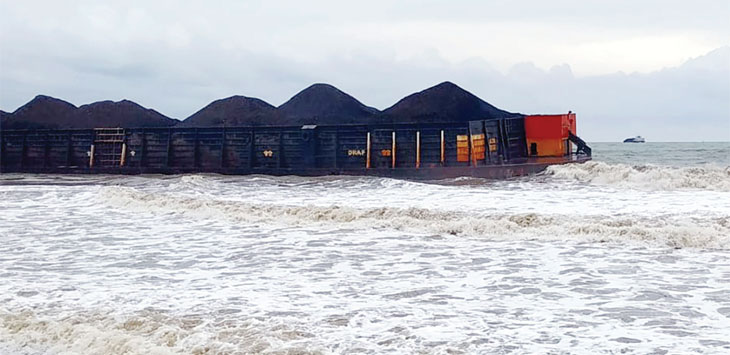 Kapal tongkang pengangkut batu bara diduga karam setelah dihantam gelombang pasang pada pekan kemarin.