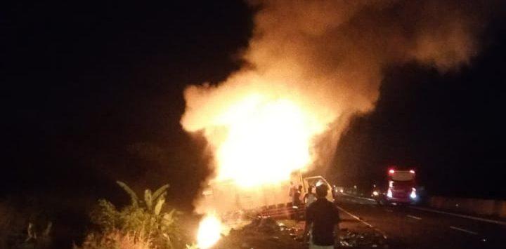 Truck bermuatan rongsok terbakar di Tol Kanci-Pejagan. Ist/pojokjabar