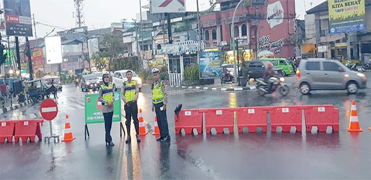 Sejumlah anggota kepolisian dari Polres Sukabumi Kota melakukan penjagaan dan pengaturan arus lalu lintas di putaran tugu Adipura Kota Sukabumi, kamis (30/5/19). Radar Sukabumi