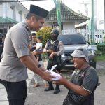 Wakapolres Cirebon, Kompol Ricardo Condrat Yusuf berikan takjil kepada masyarakat. Kirno/pojokjabar