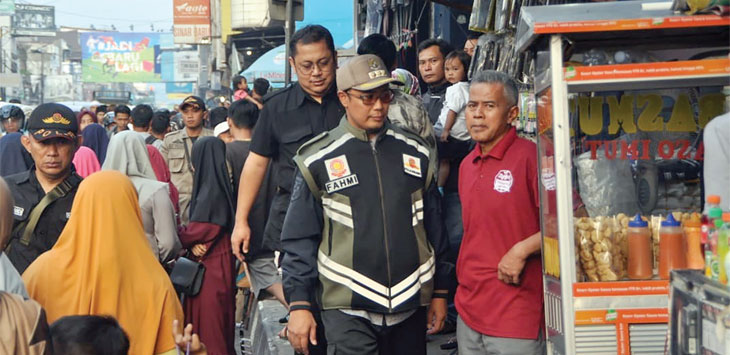 Walikota Sukabumi, Achmad Fahmi langsung turun ke Jalan A Yani untuk memastikan arus lalu lintas, ketertiban pedagang dan parkir di jalan tersebut berjalan dengan baik. Ist