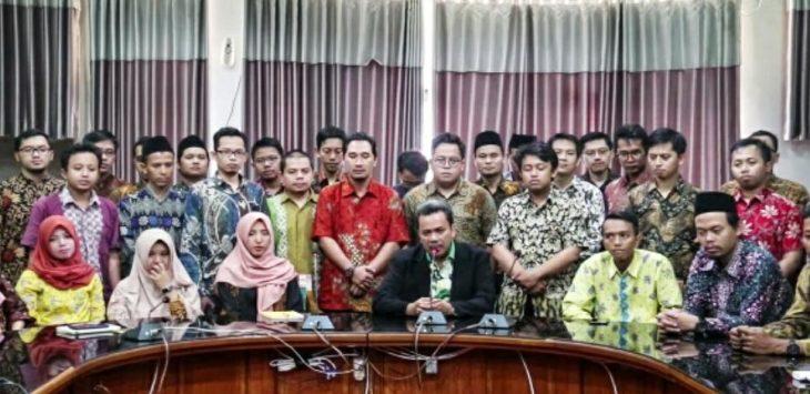 Civitas akademika IAIN Syekh Nurjati saat memberikan pernyataan mengecam tindakan anarkis dan mendukung Polri amankan negara. Ist/pojokjabar