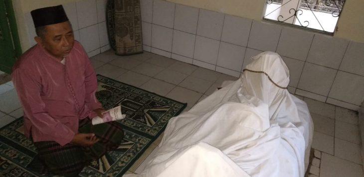 Ritual doa di makam Mbah Nurkalam. Indra/pojokjabar