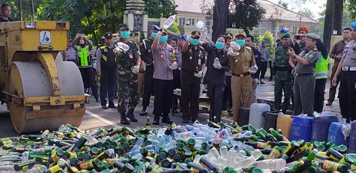 15.000 botol miras berbagai merk dimusnahkan di halaman depan Mapolres, dan disaksikan Forkompimda, pejabat utama Polres setempat, Selasa (28/5/19). Ist