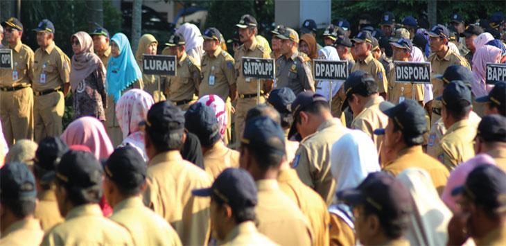Sejumlah Aparatur Sipil Negara (ASN) saat melaksanakan apel pagi pertama masuk seusai libur lebaran di halaman Kantor Balaikota Depok. Radar Depok