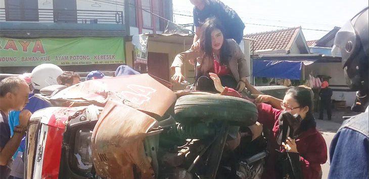 Sejumlah penumpang angkot yang terguling di Jalan Prabu Tadjimalela dievakuasi warga. Radar Sumedang