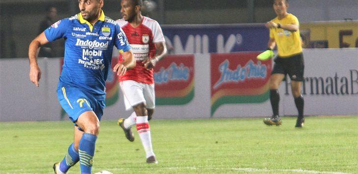Gelandang Persib, Artur Gevorkyan saat membawa bola ke garis pertahanan lawan saat pertandingan Liga 1 2019 di Stadion Si Jalak Harupat, Soreang. Ist