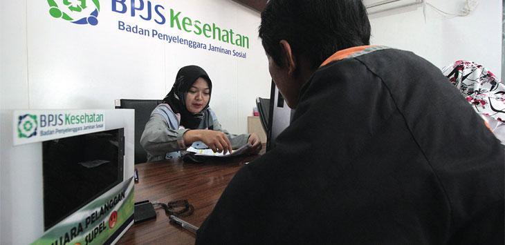 Petugas saat memberikan pelayanan kepada masyarakat yang mendatangi Kantor BPJS Kesehatan Kota Depok di Jalan Margonda Raya.