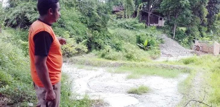 Seorang warga saat menunjukan kondisi sungai Cibodas yang diduga tercemar akibat limbah pemotongan batu hijau di Desa Bojongraharja, Kecamatan Cikembar. Radar Sukabumi